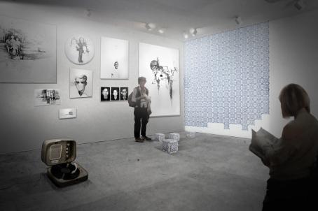 Victor Leguy . série - Passagem, Ruína. / vista da instalação (Maquete) . 2012 . grafite, carvão sobre papel algodão desgastado, vitrola com disco de vinil apagado, projeção em parede e cubo de azulejo antigo . dimensões variáveis