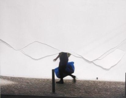 Julia Kater . Sem título . série: Ao mesmo tempo, 2012 . recorte de fotografia impressa em papel algodão . 110 x 130 cm