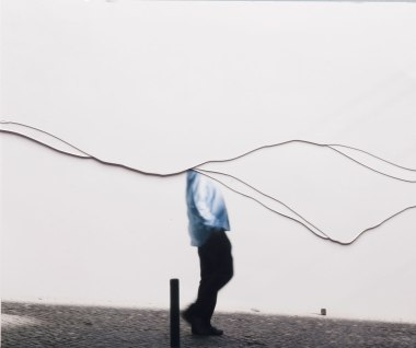 Julia Kater . Sem título . série: Ao mesmo tempo, 2012 . recorte de fotografia impressa em papel algodão . 100 x 130 cm