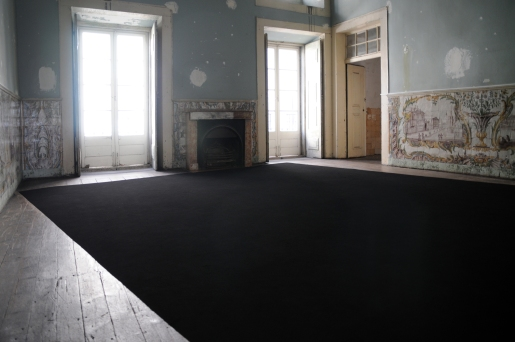 Carla Chaim . Norte, 2014 . Grafite em pó sobre chão . 48 m2 . vista do site specific no Carpe Diem Arte e Pesquisa, Lisboa, Portugal (foto Valter Ventura)