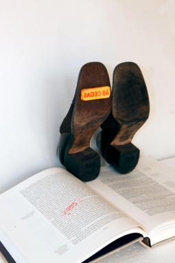 "Fabiola Chiminazzo . ""Às cegas"",2012 . sapato-carimbo e livro"