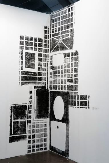 """Fábio Leão . """"Bathroom on Booth"""", 2014 . Monotipia sobre parede. Dessenhos das superficies do banheiro do artista foram transferidas para as paredes do estande. Aprox. 250 x 175cm. Exposiçao na Pinta London Art Fair"""
