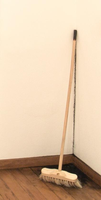"""""""Sedimentos"""", 2013 . vassoura e carvão"""