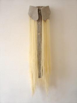 Sem título, 2013, tecido desfiado, 100 x 25 x 26 cm