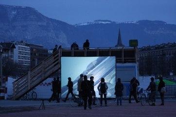"""Mari Nagem . """"Aménager"""", 2010. Vídeo projeção em praça pública. 3 x 4m / duração: 7'47''"""