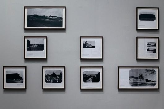 Thiago Navas, Encobrimentos, 2015-2016. Série Apagamentos/Encobrimentos. Bastão oleoso sobre página de livro fotográfico. Dimensões variadas. Exposição Apagamentos - Caixa Cultural São Paulo