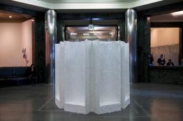 Thiago Navas, Ruído, 2016. Gesso, juta, areia e madeira. 250x200x250 cm . Exposição Apagamentos - Caixa Cultural São Paulo