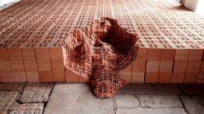 "Andrey Zignatto . ""Erosões"", 2014 . Bloco estrutural de cerâmica cortado . 60 x 700 x 800 cm . Centro Cultural Paço Imperial, RJ"