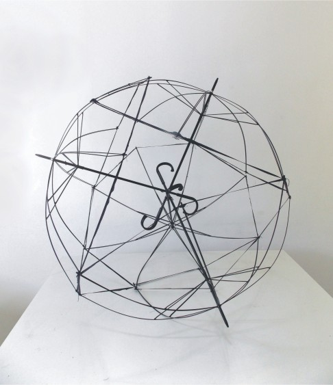 "Andrey Zignnatto . ""Esfera #2"", 2013 . Poliéster, alumínio – 4 guarda-chuvas . 150 cm diâmetro"