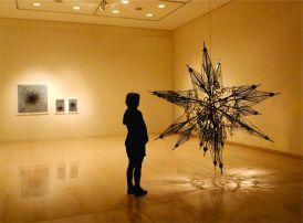 "Andrey Zignatto . "" Sírius - α CMa - α Canis Majoris"", 2014 . 25 guarda-chuvas, estrutura central de alumínio . 250 x 250 x 250 cm . Britsh Culture Centre – 18º Festival Cultura Inglesa"