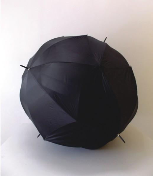 "Andrey Zignnatto . ""Esfera #1"", 2013 . Poliéster, alumínio – 4 guarda-chuvas . 150 cm diâmetro"