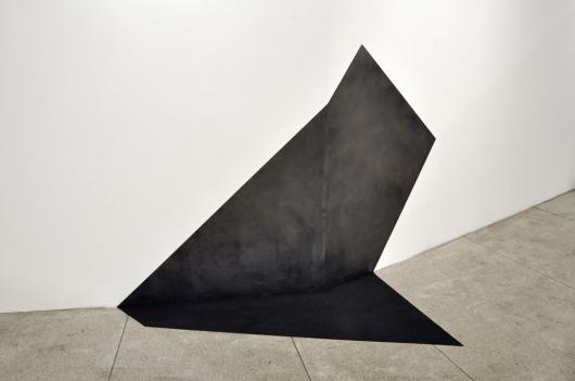 """Carla Chaim, """"Campo Neutro"""" , 2014 . pó de grafite sobre parede e chão"""