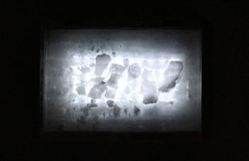 Leonardo Stroka . Sem título, 2014 . madeira, gesso, película polarizada e led . 8 x 20 x 30 cm