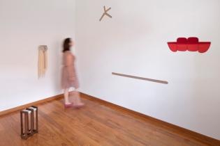 """Vista geral exposição """"Entre retratos e paisagens"""", 2013 , Projeto Mesmo lugar, Qualcasa/Hermes"""
