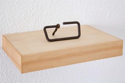 Deolinda Aguiar . Sem título, 2013 .madeira e ferro . 5 x 20 x 10 cm
