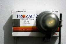 Ser pequeño da calor, 2011 Instalación. Caja de Prozac, led, mini acuario, pez (gupi lluvia), lente, soporte metálico.