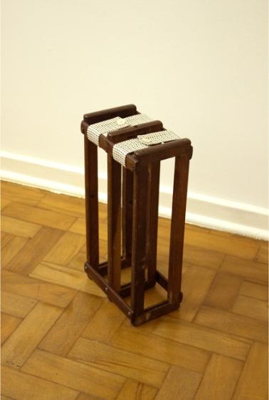 Deolinda Aguiar . Sem título, 2013 . madeira e tecido . 43 x 23 x 14 cm