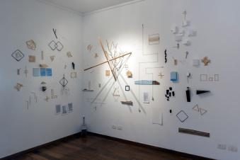 Carlos Medina, Valor esperado, 2016. Instalação com papel, madeira, ferro, acrílico, telas, barbante e pregos. Instalação com tamanhos variados