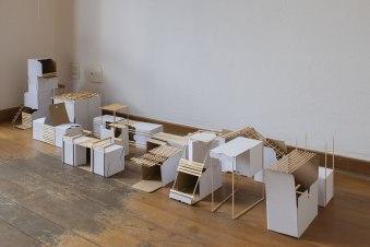 Carlos Medina, Adaptação, 2016. Série: White boxes. Caixas de papelão, madeira e barbante. Instalação tamanhos variados