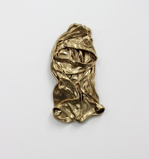 """Thiago Toes . """"Sagrado"""", 2015 . série: Meus heróis . Múltiplo, edição de 22 máscaras . Tecido endurecido, massa plástica e tinta automotiva . Aprox. 17x32 cm"""