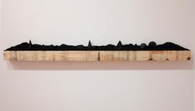 """Jorge medeiros . """"Infinito"""", 2014 Figuras geométricas esculpidas em carvão sobre pó de carvão. tamanhos variáveis"""