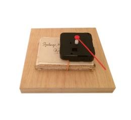 Miriam Bratfisch Santiago, Rew<>Fwd, 2016 Suporte de madeira, fotografias, elástico, mecanismo de relógio