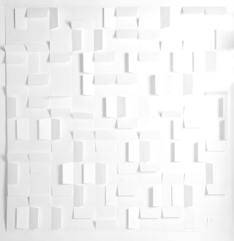 Vanessa Cazzoli. Sem título, 2014. Envelopes de papel. 150 x 150 cm.