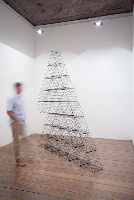 Mano Penalva, Babel, 2017, Expositores e lacres plásticos, 250 x 300 x 40 cm, Andejos