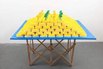 Mano Penalva, Balneário, 2016, Mesa expositora, escovas e apliques, 120 x 140 x 90 cm, Balneário