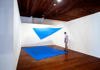 Mano Penalva, Sem título, 2017, Lona e elásticos, 10 x 7 m, Andejos