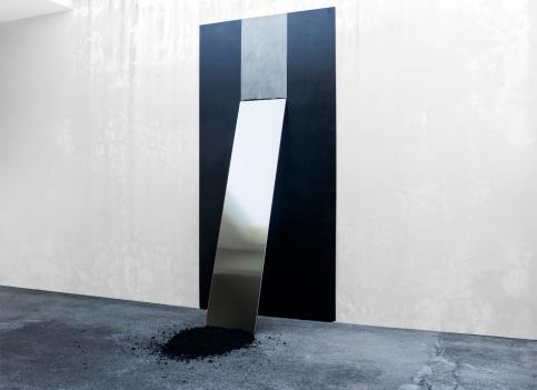 Felipe Seixas, Atrito, 2016. Placa cimentícia pintada, aço inoxidável e asfalto. 240 x 120 x 60 cm