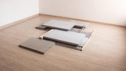 Felipe Seixas, Progressão, 2016. Concreto, madeira, pedrisco e aço inoxidável. 12 x 137 x 173 cm