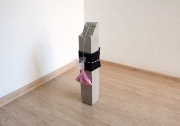 Felipe Seixas, Sem Título, 2016. Concreto, feltro, saco plástico, farinha de amora e barbante. 60 x 10 x 10 cm