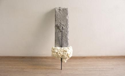 Felipe Seixas, Sem Título, 2016. Espuma de poliuretano, poliestireno, argamassa e aço. 92 x 20 x 5,5 cm