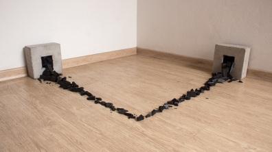 Felipe Seixas, Fluxo, 2015. Concreto e carvão. 20 x 100 x 100 cm