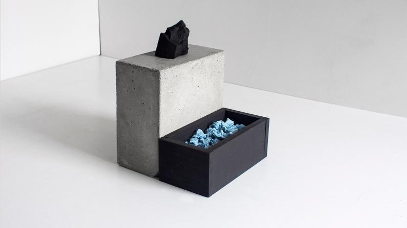 Felipe Seixas, Pequena Elevação, 2016. Concreto, concreto pigmentado, madeira pintada e carvão. 25 x 20 x 20 cm
