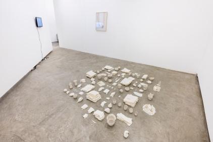 Brisa Noronha, Sem título, 2016. Série: minúcias. Porcelana. 8m2. Vista da instalação