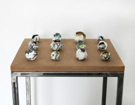Brisa Noronha, Ninhos, 2017. Pigmentos minerais e porcelana. 90 x 40 x 30 cm