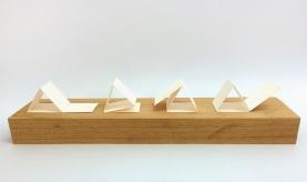 Luciana Kater, Cambalhota, 2016. Papel e madeira, 45 x 9 x 4 cm
