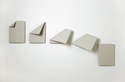Luciana Kater, Cambalhota #2, 2016. Papel e madeira balsa, 35 x 88 cm