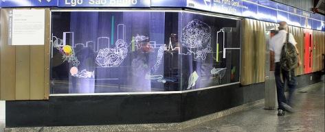 Anna Paes, Instalação Aquário Urbano – Projeto Vitrine – Estação São Bento do Metro, São Paulo, SP. 2015/2016, desenho impresso em voil, em adesivo e fita adesiva, 128X397X120cm