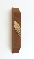 Luciana Kater, Veios, 2016. Papel e madeira, 20 x 3,5 x 3,5 cm