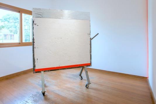 Badalo, 2016 . Acrílica e óleo sobre tela, fita adesiva, manta asfáltica, estrutura em ferro e zinco e rodízios . 180 x 155 x 45 cm . Foto: Ivan Padovani