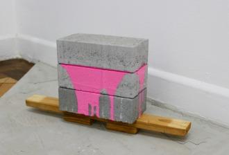 SANTACOSTA . Over Geta, 2015. Série Over. Tinta acrílica, blocos de concreto e madeira. 22 x 45 x 10 cm