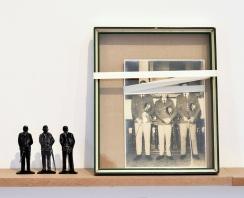 Élcio Miazaki, Monumentalidades Inversas, 2016-2017, foto, moldura reaproveitada, cadarço, papel e massa epóxi, dimensões variáveis