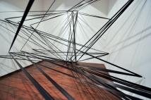 Élcio Miazaki, Espaço reservado para possíveis retornos (ou como rasurar o ar), 2016, obra site-specific, fita cetim e pitões, dimensões variáveis, Programa de exposições 2016 - MARP (Museu de Arte de Ribeirão Preto - SP)