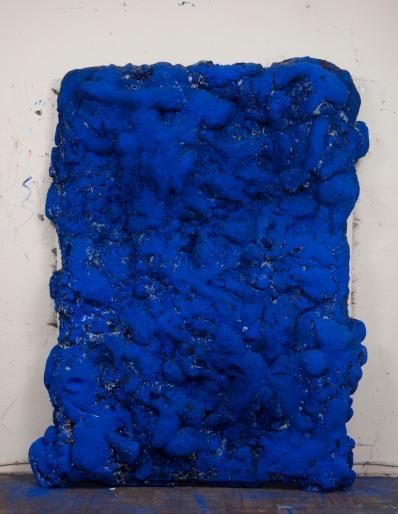 Paulo Lobo, Azul n.5, 2016, série Azul, tela aramada, espuma de poliuretano, tinta acrílica, tinta óleo, piche, azurita, malaquita verde, folha de ouro e pigmento azul sobre tela. 220x150x30cm