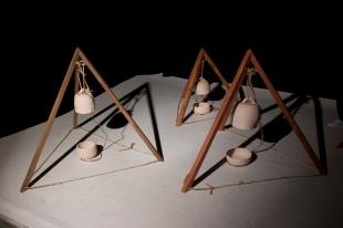 Paulo Lobo, Sinos, 2012, cerâmica, corda sisal, dimensões variadas