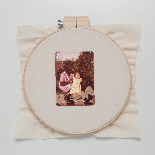 Lipcia, Amartelo, 2016. Série: Retratos.1, Bastidor, fotografia bordada com fio vermelho. 40 x 40 cm