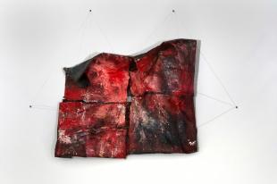 Paulo Lobo, Caça, 2014, tinta óleo, piche sobre lona de algodão. Pintura 160x180x25cm, estrutura 200x240cm. Da capitania de sua cabeça 2014, Lutetia Faap